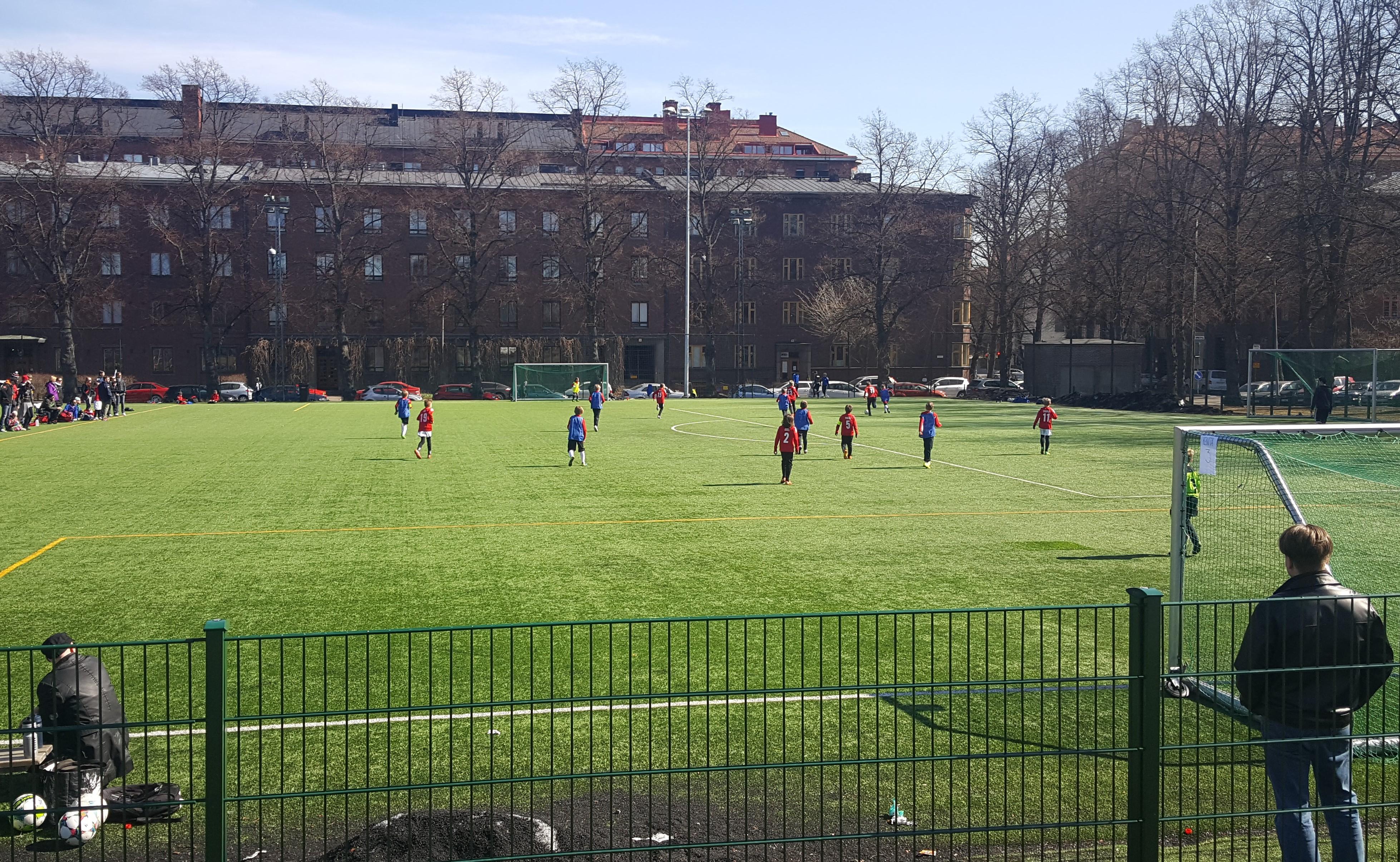 Aurinko helli HIFK06-turnauksen osallistujia